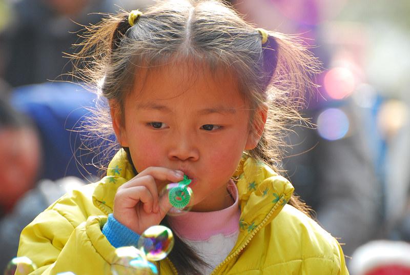 吹泡泡的小女孩