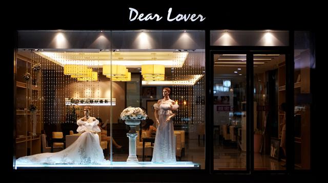婚纱店橱窗设计图展示