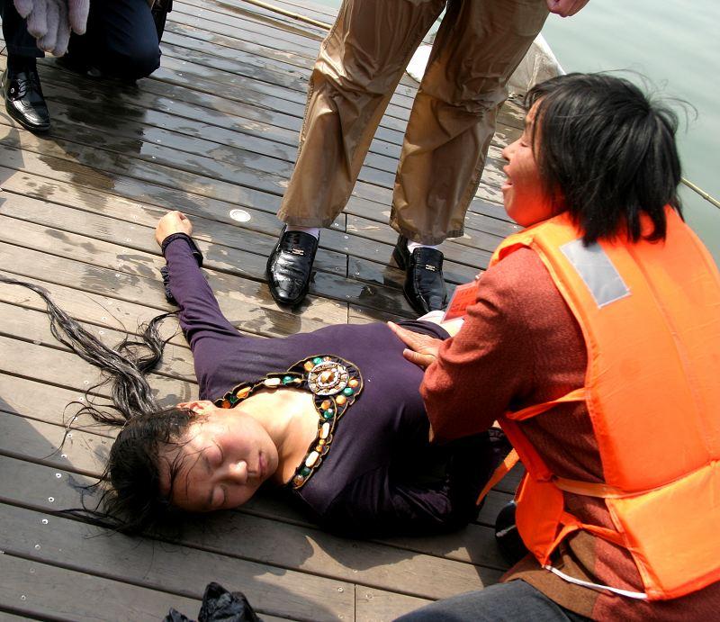急救溺水美女图片 急救