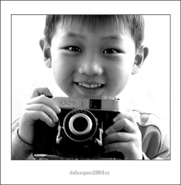 贾维原是北京第六幼儿园中2班的小朋友,由奥组委会举办的2008奥运最纯真笑脸的评比中,力挫群雄,获得最纯真笑脸大奖!!! 图为贾维原小朋友手捧照相机,要为奥运健儿拍照。 此作品就作为我在车坛影协600幅大关的纪念吧! 关键词: