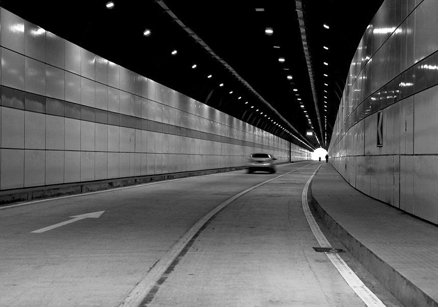 威海半月湾隧道全长1394米,总投资8800万元.工程西起环翠区戚东夼东段马蹄夼,东至孙家疃镇陈家疃村南山沟,因其东入口与孙家疃环海路相接,西入口与市区相连,成为孙家疃镇与市区对接的重要交通干线。   2007年10月13日正式开工建设,2008年12月28日正式通车。 隧道主体设计为双孔单车道,北侧隧道长705米,南侧隧道长689米,单洞净宽9米,高5米。工程采用目前国内档次最高的搪瓷钢板材料进行装修,为山东首例。 关键词:威海 半月湾 隧道 2008.