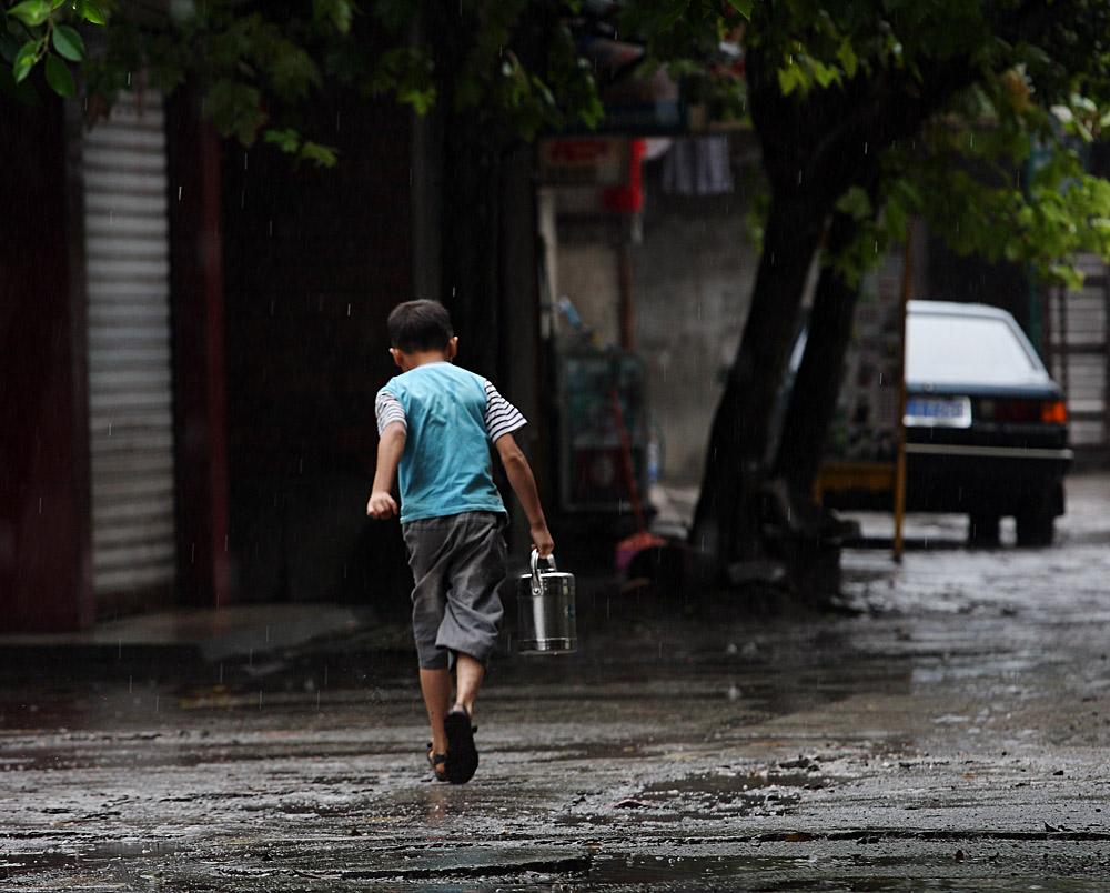在雨中奔跑的孩子