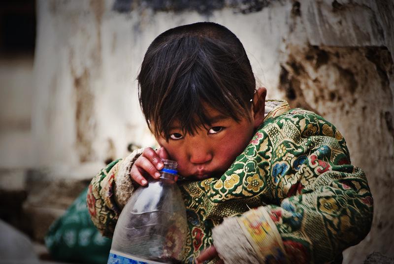 拿着瓶子的小孩 永恒星辰