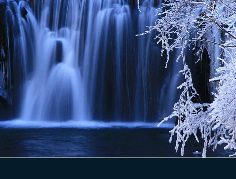 吉林省通化--辉南--吊水壶瀑布景区距离三角龙湾15分钟的车程,与金龙顶子山相依为伴。吊水壶瀑布是火山爆发后,河床受张力断迭形成的瀑布,宽约10米,落差7米。更别致的是另有一处水流好似喷泉,自崖中间凌空喷下,象茶壶中的水从壶嘴中倒出来一样,故当地人称其为  吊水壶  。2007.