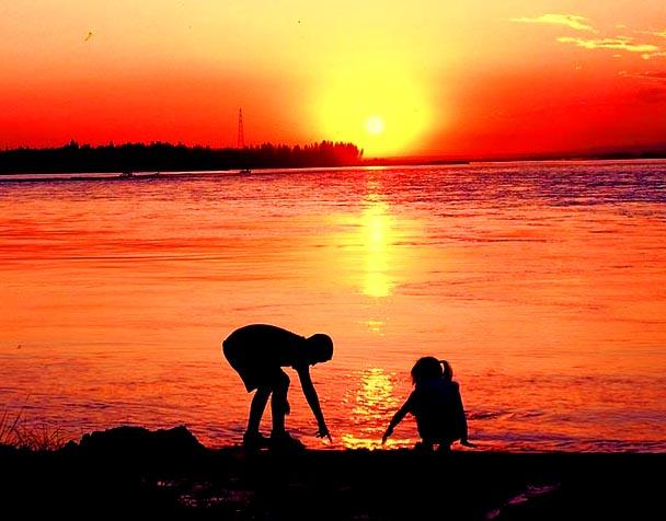 在伊宁河边玩耍的小孩