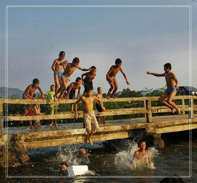 √小孩跳水