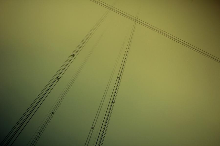 人生轨迹(阶梯)人生就像图中的线条,可每个人的都不一样。我们有着各自的人生轨迹,各顾各的,沿着它一直前行,我们是平行线,是垂直线,在各自不同的空间。有时觉得我们离梦想(爱情)得很近,有时觉得已经得到或拥有,或会在不久的前方相遇,可事实是:紧有很少相遇的机会,一不小心就错过了我们相连的那个点。于是,我们时常失落、忧伤。那时,时间迫使我们继续往前,向着更高,更远的未来。我们变得小心翼翼恐怕失去,在途中每每会看到希望,可走近了总会有失望。就这样,我们变得成熟,变得更加坚强,告诉自己:希望总在前方。我们又继续奋