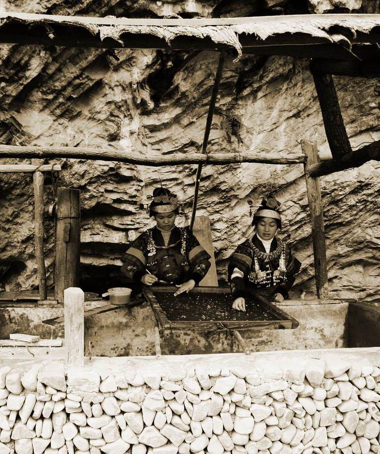 贵州省石桥是中国古代造纸术的发祥地,所生产的宣纸,图案每张都不一样,宣纸中的图案全部採摘山中的野花,手工排布,所以有一定的收藏价值。在多彩贵州采风行活动时我和今年91高龄的著名摄影大师简庆福一起买了几张 关键词: