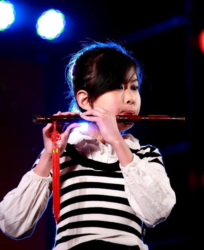 吹笛子的小姑娘 龙口观海