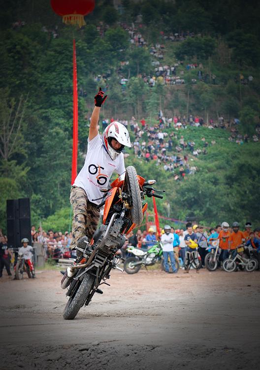 金鸡独立--摩托车特技表演