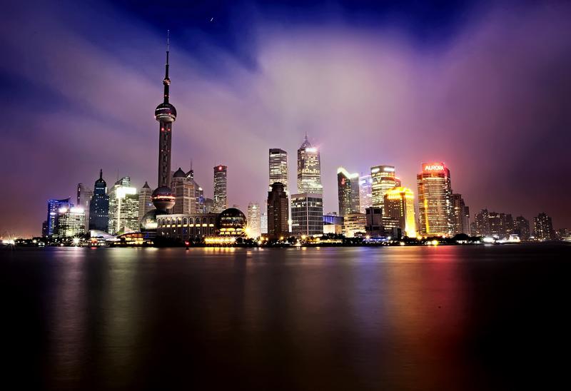 东方明珠塔集都市观光、时尚餐饮、购物娱乐、历史陈列、浦江游览、会展演出等多功能于一体,为人们全方位的展现了上海风貌。设计者富于幻想地将十一个大小不一、高低错落的球体从蔚蓝的空中串联到如茵的绿色草地上,两个巨大球体宛如两颗红宝石,晶莹夺目,与塔下新落成的世界一流的上海国际会议中心的两个地球球体,构成了充满大珠小珠落玉盘诗情画意的壮美景观。 这里还有亚洲最高的旋转餐厅,其得天独厚的景观优势、不同凡响的饮食文化、宾至如归的温馨服务,让游客可以美食与美景共享。乘坐游船徜徉浦江,两岸美景更将为游客添一份浪漫情怀。