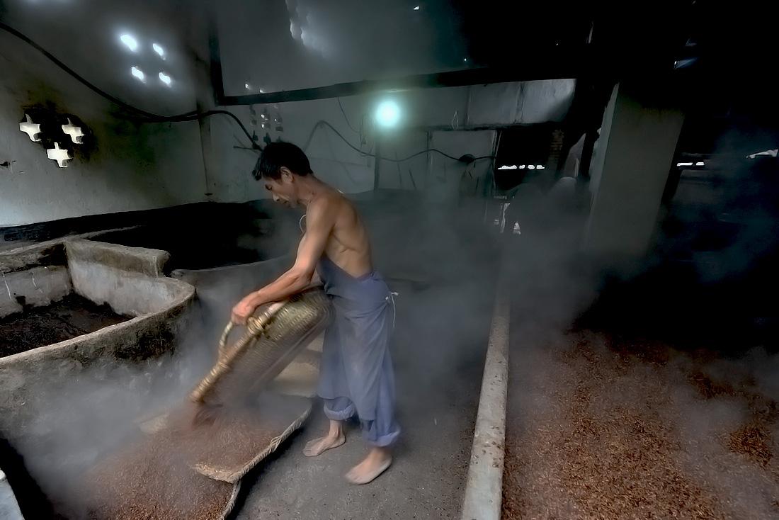 在四川南部乡村,分布有很多这种家庭作坊式的白酒厂.他们用传统的酿酒工艺,利用家里的几间住房,稍作改造,再添置一台小型锅炉等其他简易设备,请上三五个工人.便可以进行白酒生产。.他们虽然设备简陋,生产工艺简单,但产品却是正宗的粮食白酒.而且因为产量小,产品几乎都是自产自销.