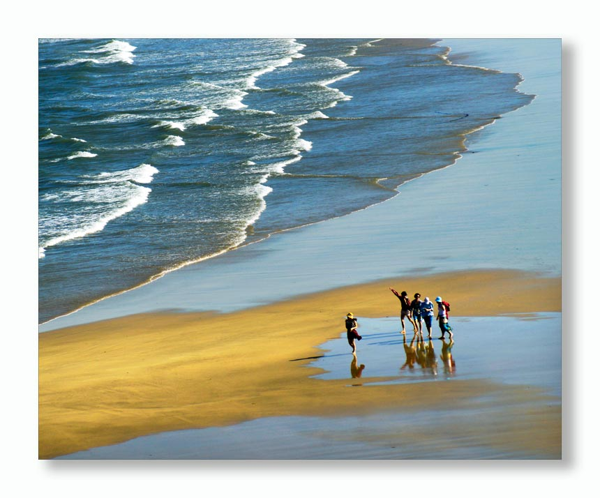 海浪拍沙滩