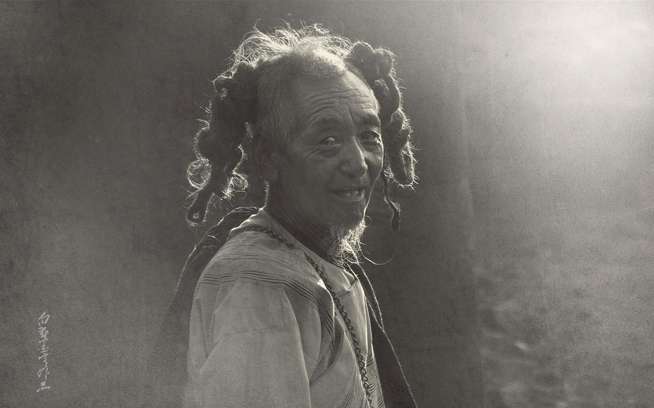 蓄着长发的彝族老人图片