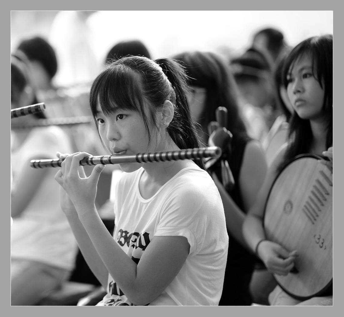吹笛子的女孩