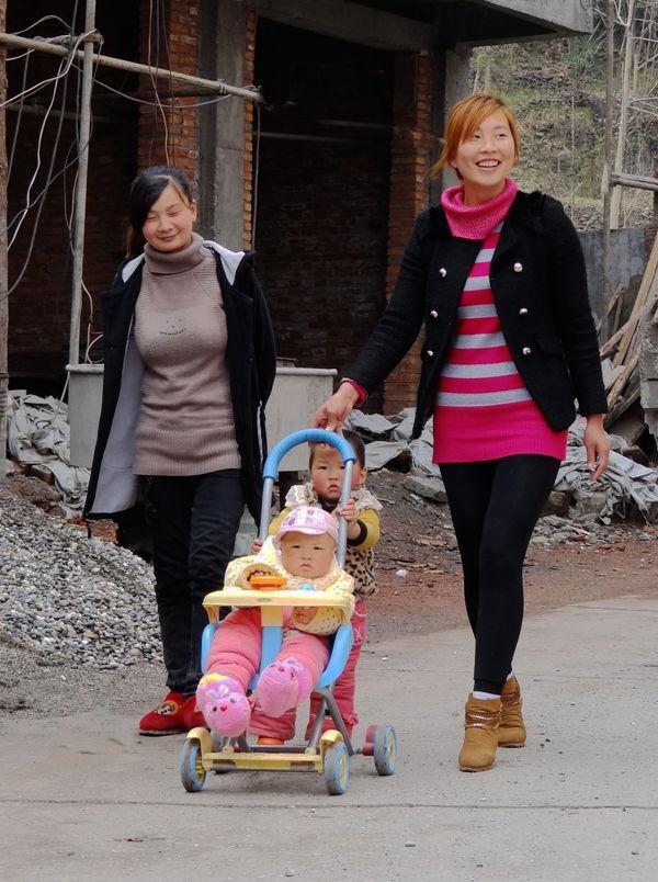 乡村妇女与孩子 人随天意