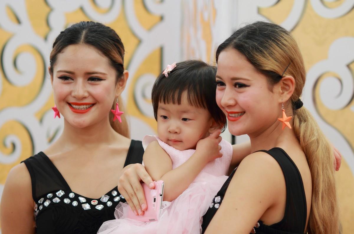 车坛最小美女会员和努内两个女儿
