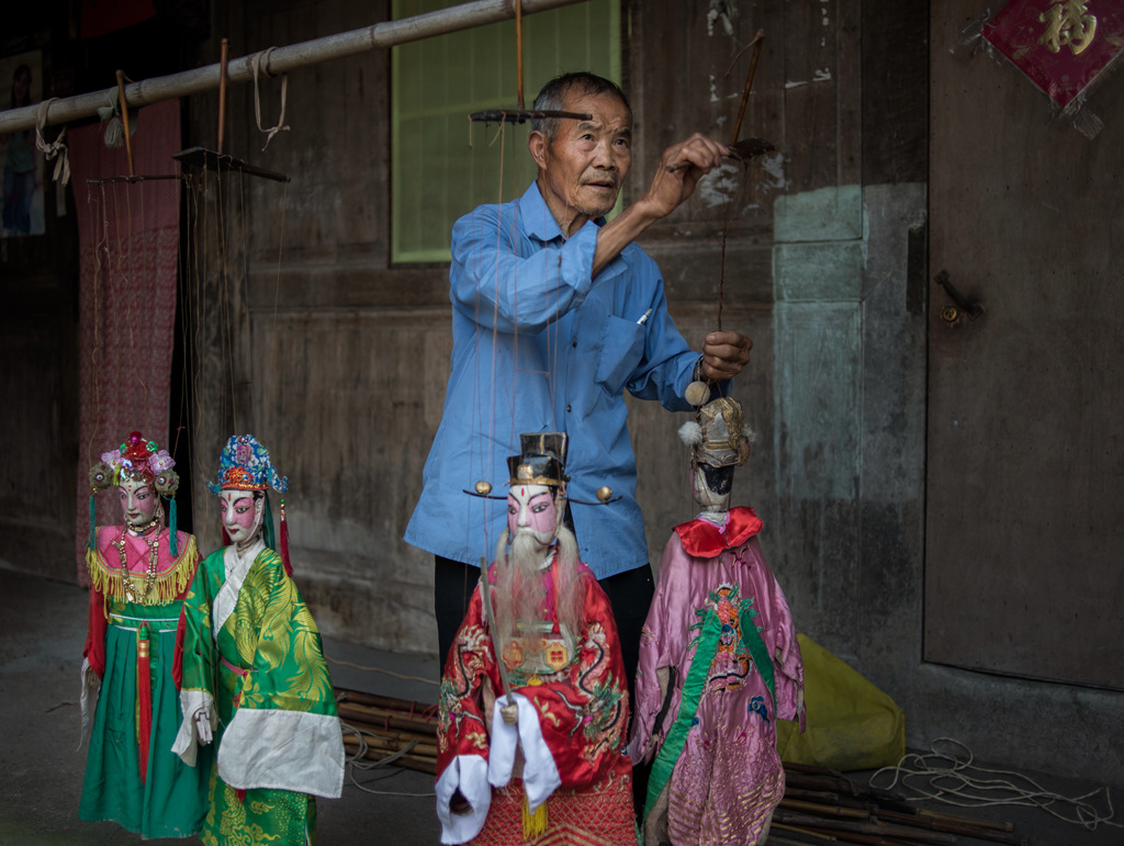 在武义县有位演木偶戏老人,他16岁开始学艺,活跃在乡村舞台60多年.年轻时他能演16本传统婺剧折子戏和20个正本。芦花、西皮、流水、二凡唱腔张口就来,整本戏可以唱六天七夜。松阳高腔是老人家的绝活。 关键词:永康俱乐部 民俗 艺人