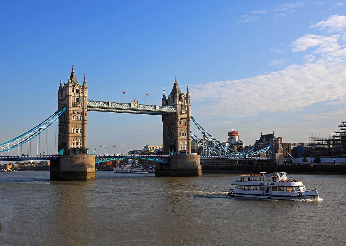 伦敦塔桥的设计在世界桥梁建筑业中有一定地位。两岸两座用花岗石和钢铁建成的 高塔,高约60米,分上下两层。上层支撑着两岸的塔,下层桥面可让行人通过,也 可供车辆穿行。如果巨轮鸣笛而来,下层桥面能够自动往两边翘起,此时行人可改 道从上层通过。桥内设有商店、酒吧,即使在雨雪天,行人也能在桥中购物、聊天 或凭栏眺望两岸风光。 摄于2013年9月 关键词:伦敦 英国 伦敦塔桥 野营者 成都支队