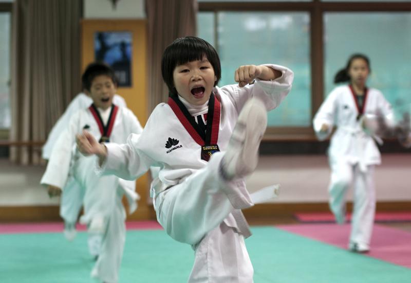 少女学跆拳道路 钱江首圩