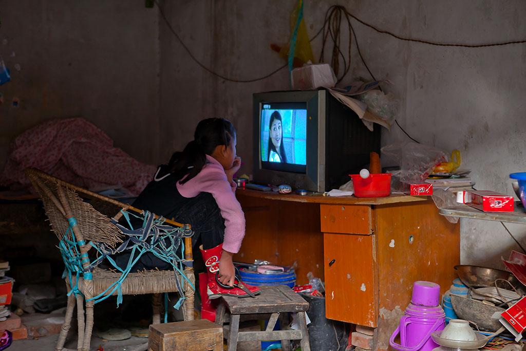 看电视的小女孩